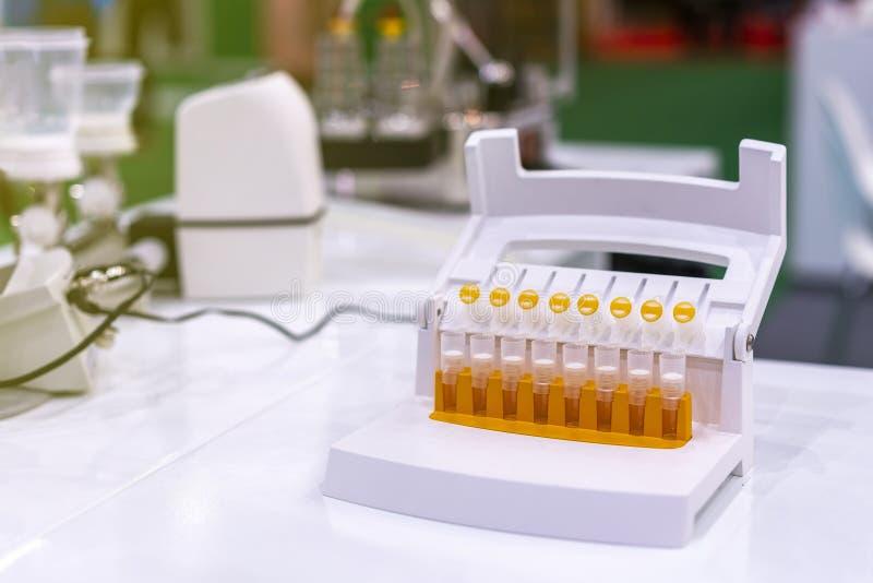 Multi трубка собрания образца для еды и напитка промышленной химической медицины биохимии биомедицинской - косметики и etc На стоковые фото