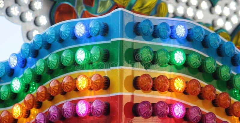 Multi цветные лампы на ярмарке стоковое фото