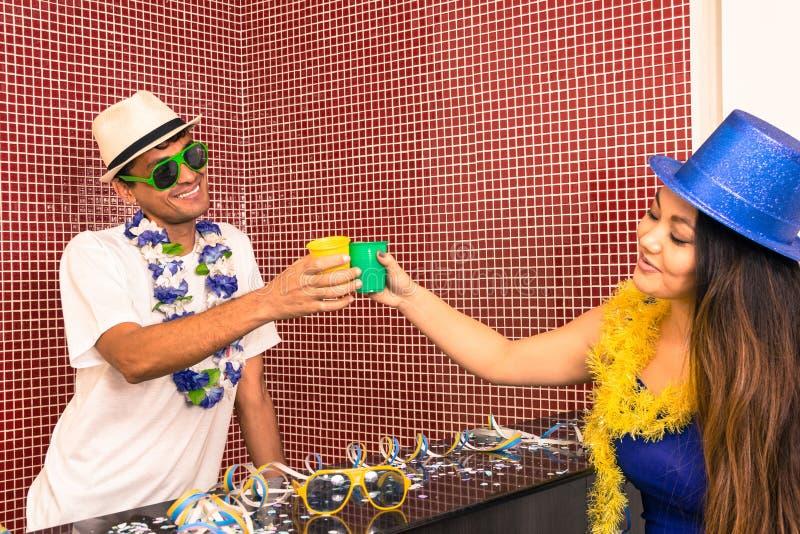Multi этническая пара празднует бразильское Carnaval 2 f стоковые фото