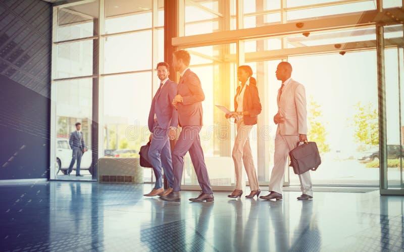 Multi этнические бизнесмены на пути в здании стоковые изображения rf