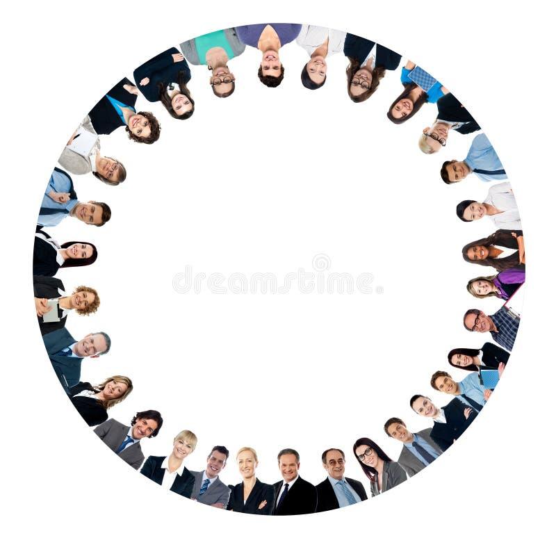 Multi этнические бизнесмены формируя круг стоковое фото rf