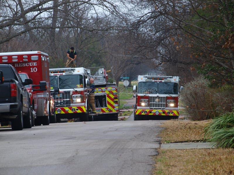Multi-alarme em Dallas Neighborhood norte afluente fotografia de stock royalty free