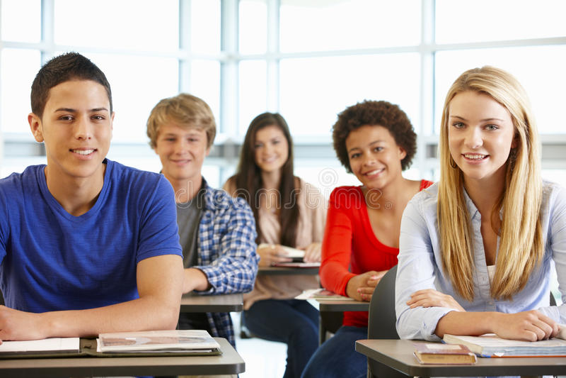 Multi alunos adolescentes raciais na classe imagens de stock royalty free