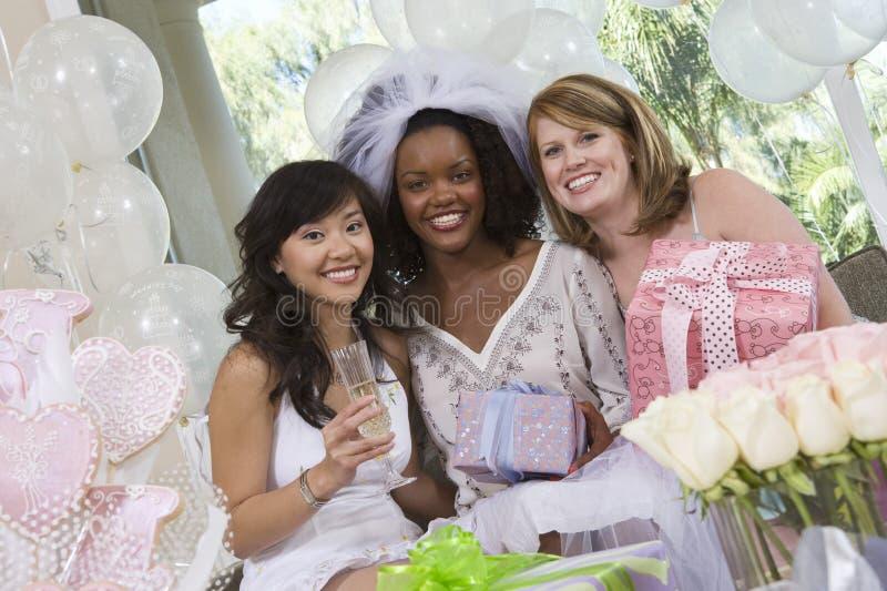 Multi amigos étnicos que comemoram Hen Party fotografia de stock