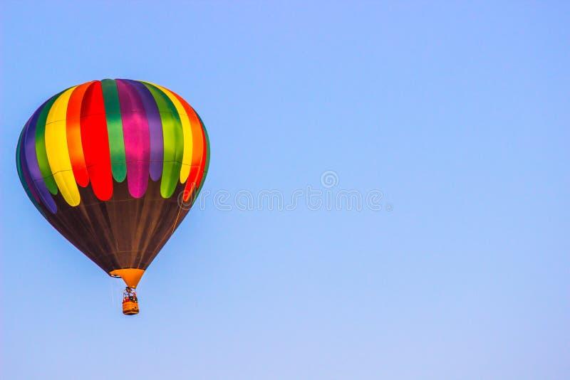 Multi balão de ar quente colorido acima da linha de árvore foto de stock royalty free
