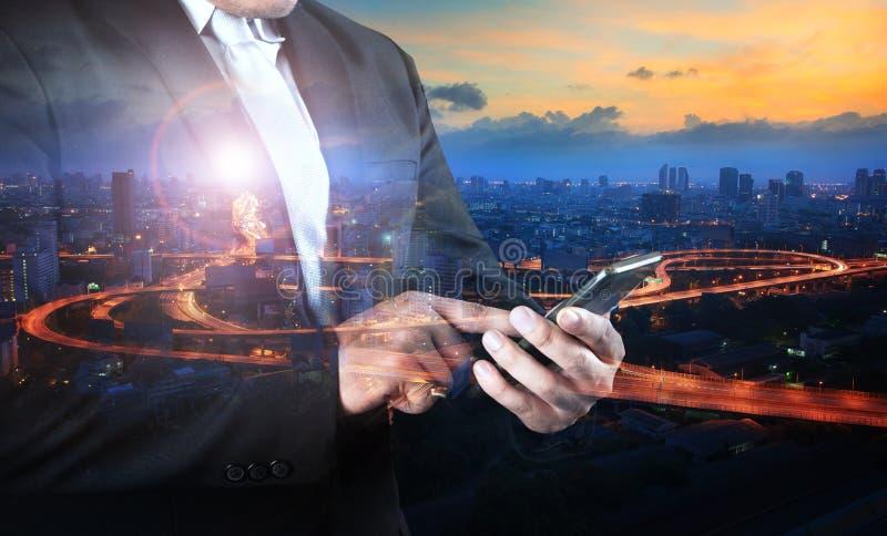 Multi BelichtungsGeschäftsmann und Verkehr in der Stadt, die auf smar sich berührt lizenzfreie stockfotografie