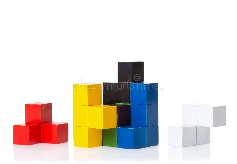 Multi blocos de madeira coloridos, enigma da lógica imagens de stock