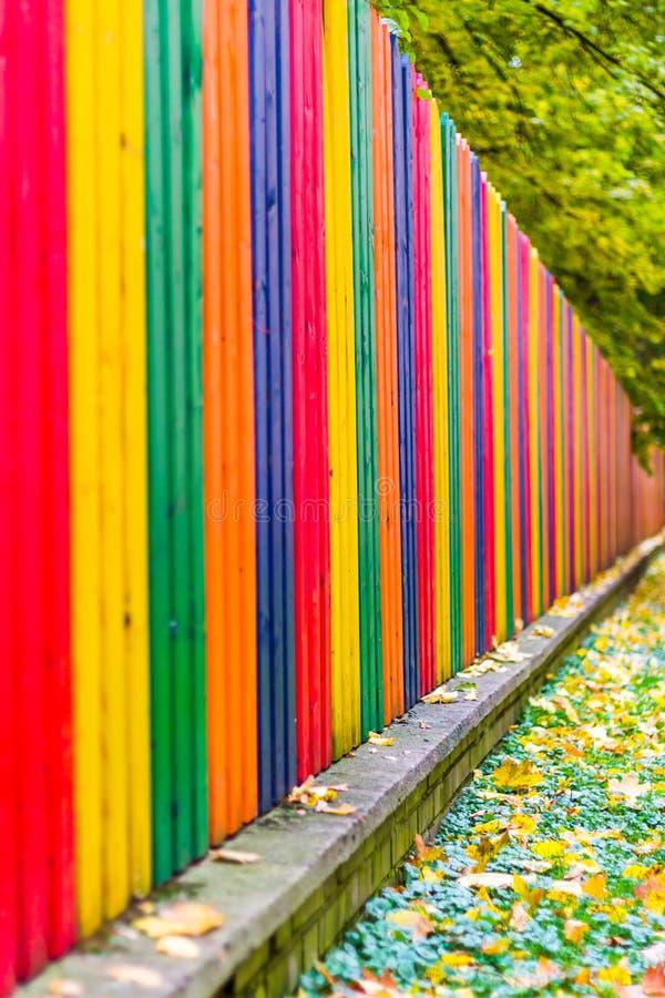 Multi cerca de madeira colorida do arco-íris no outono, fundo do jardim, foco macio, profundidade de campo rasa fotografia de stock