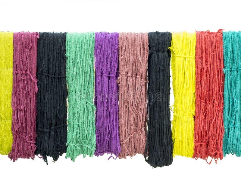 Multi colore del tessuto nel processo domestico della tintura immagini stock libere da diritti