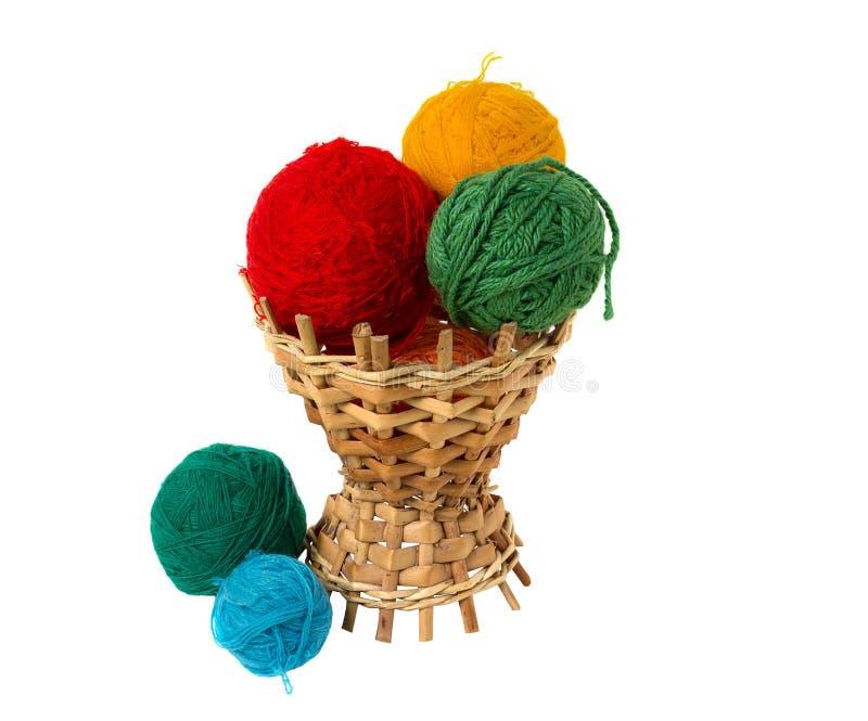 Multi-colored ballen in een rieten mand royalty-vrije stock foto