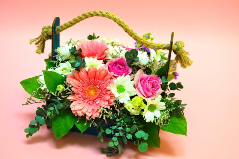 Multi-colored boeket van bloemen in een originele houten doos stock afbeeldingen