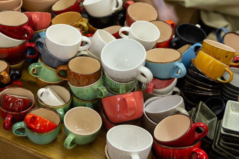 Multi-colored ceramische mokken op de teller stock afbeeldingen