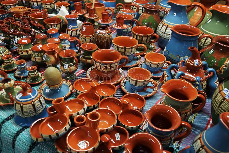 Multi-colored ceramische mokken op teller van de opslag Antieke schotels Wederopbouw van middeleeuwse schotels Het schilderen op  royalty-vrije stock foto's