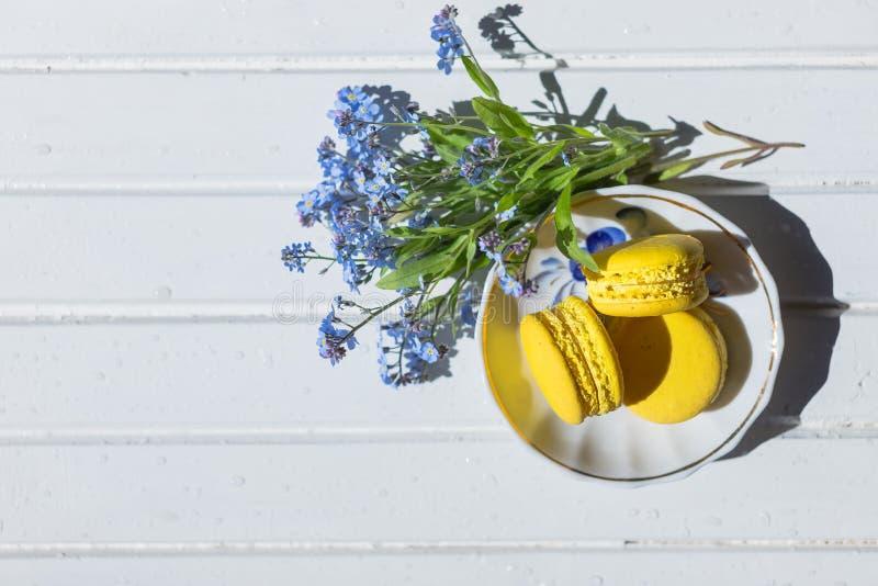 Multi-colored close-up van amandel macarons koekjes op plaat verse gele het gebakjekoekjes van de citroen Franse makaron, macaron royalty-vrije stock foto