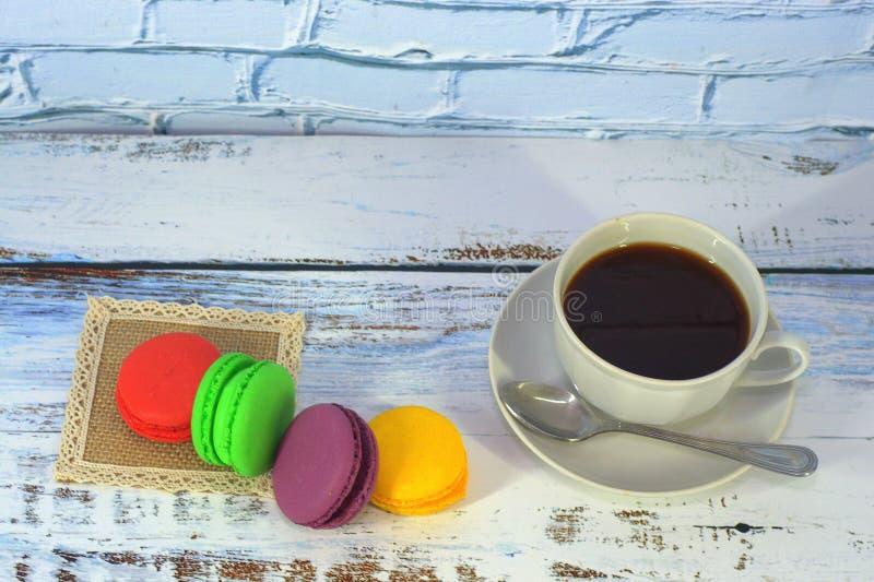 Multi-colored deegwaren vier op een houten lijst en een kop van zwarte koffie Close-up stock foto's
