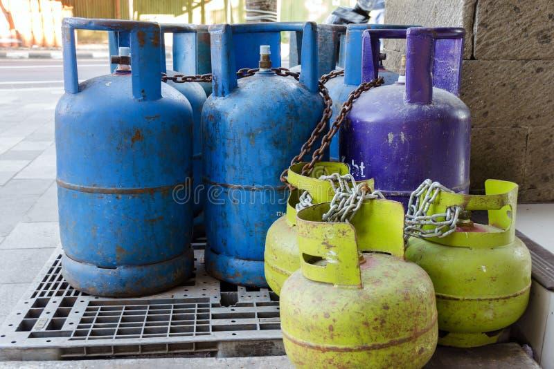Multi-colored en verschillend-gerangschikte gasflessen op de straat Flessen met vloeibare petroleumgaslpg stock foto's