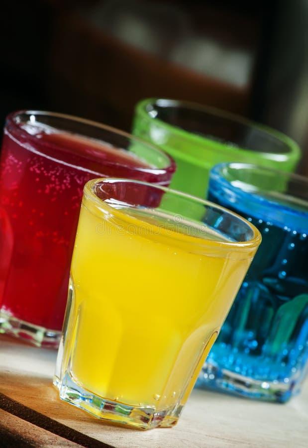 Multi-colored feestelijke alcoholische cocktails, selectieve nadruk stock afbeelding