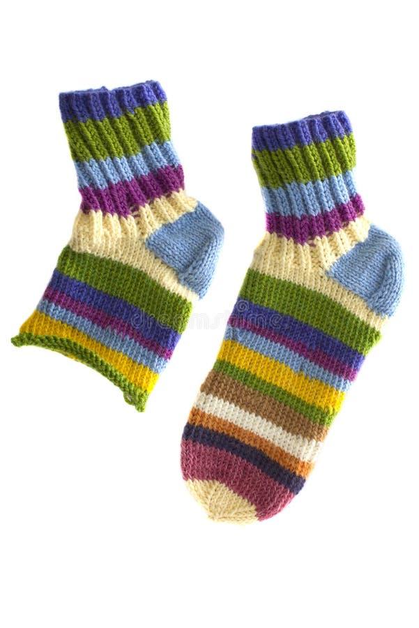 Multi-colored gebreide sokken die op wit worden geïsoleerd. stock afbeelding