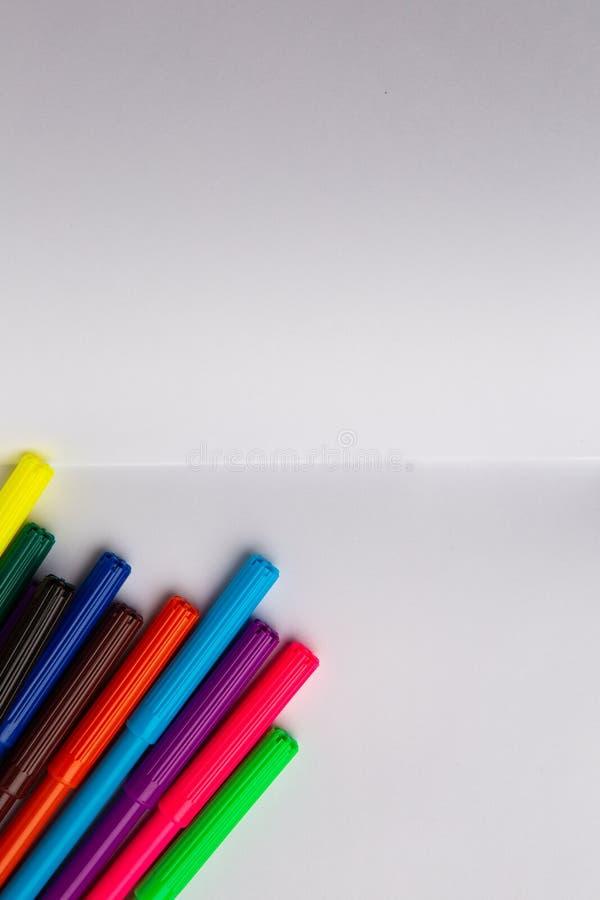Multi-colored gevoelde pennen op wit leeg blad van document royalty-vrije stock foto's