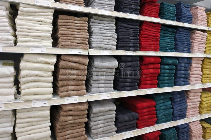 Multi-colored handdoeken op de opslagplanken stock fotografie