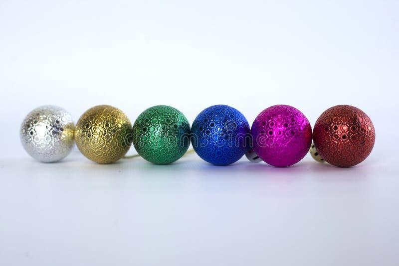 Multi-colored Kerstmisspeelgoed voor de Kerstboom op een witte achtergrond Groot Plan stock foto's