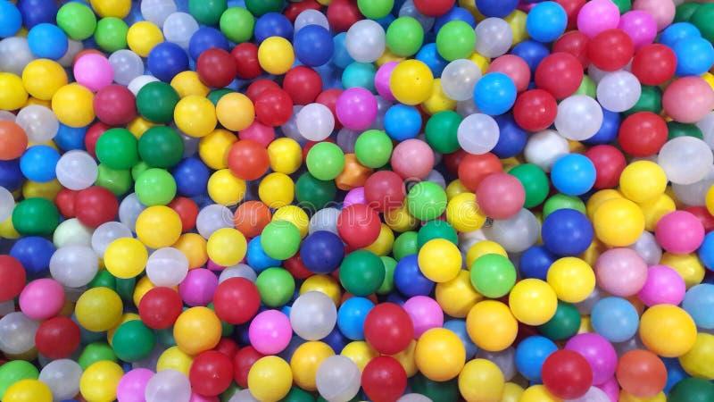 Multi-colored plastic ballen Een children& x27; s speelkamer Mooi Speelgoed stock fotografie