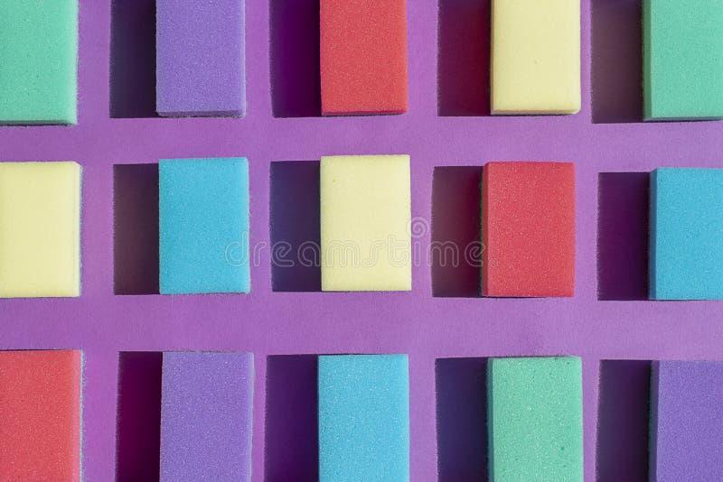 Multi-colored rechthoekige sponsen voor wasschotels Vlak leg stock foto
