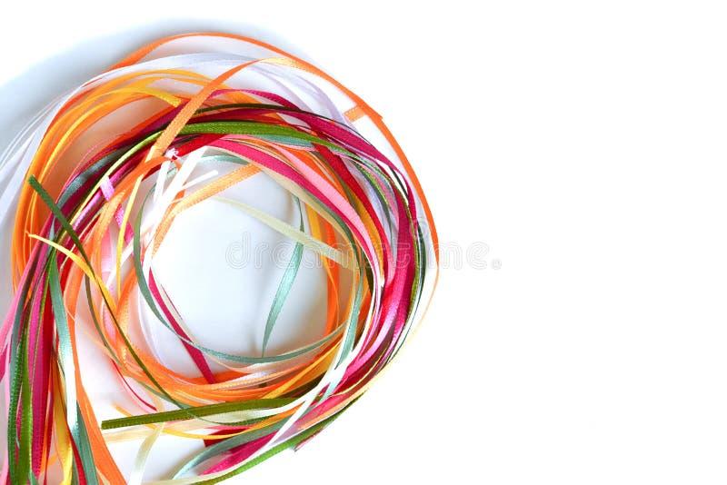 Multi-colored satijn en zijdelinten in een cirkel worden gevouwen die royalty-vrije stock fotografie