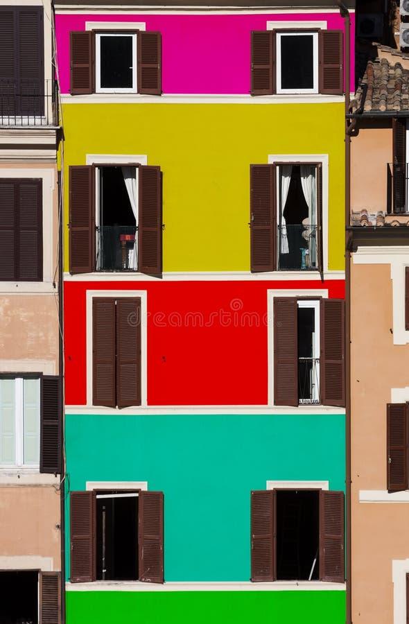 Multi-colored voorgevelbouw Geopend en gesloten vensters royalty-vrije stock afbeelding