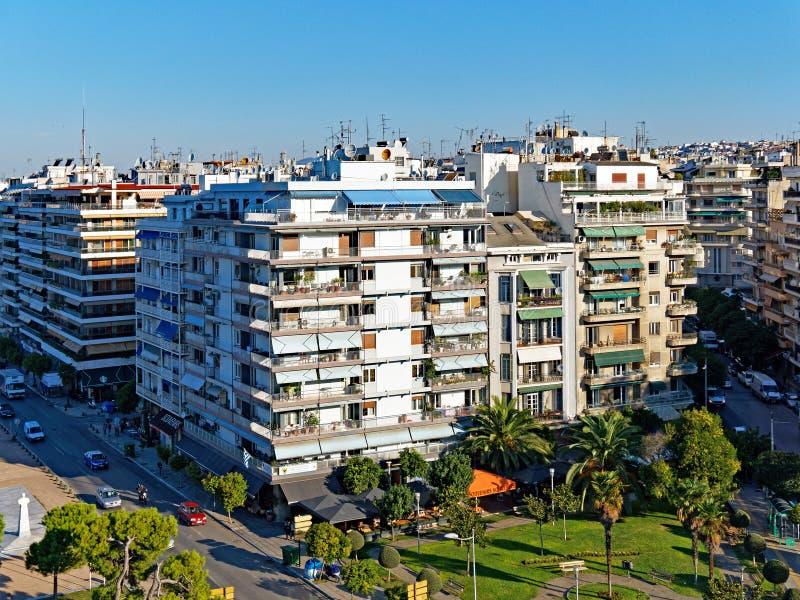 Multi costruzioni livellate greche tipiche, Salonicco, Grecia immagine stock