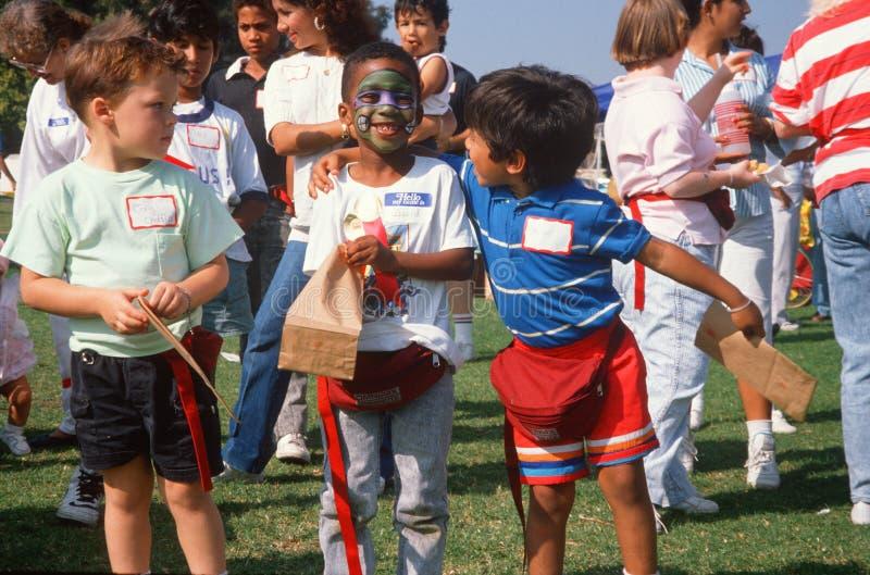 Multi-cultural pojkar på parken royaltyfri bild