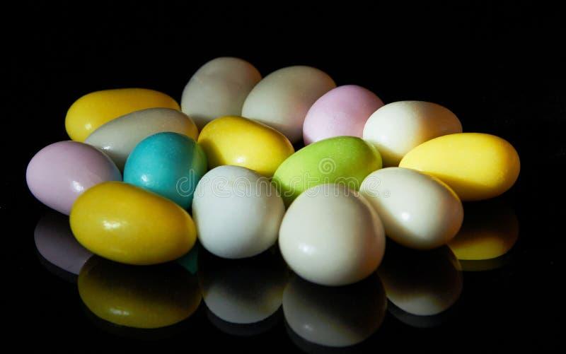 Multi doces coloridos isolados no preto imagem de stock