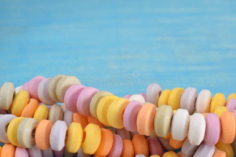 Multi doces coloridos na pulseira fotografia de stock