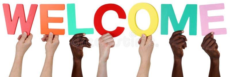 Multi Ethnie Leute, die das Wortwillkommen halten lizenzfreie stockfotos