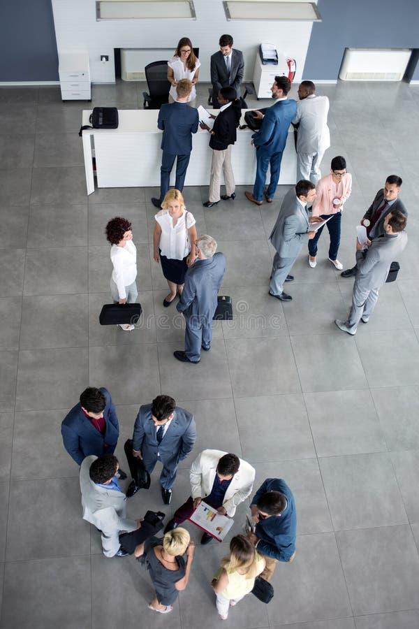 Multi-ethnique réussi des collègues se reliant sur des affaires image libre de droits
