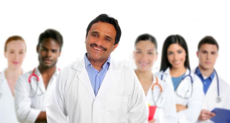 Multi ethnische Doktoren des indischen lateinischen Sachkenntnisdoktors stockbild