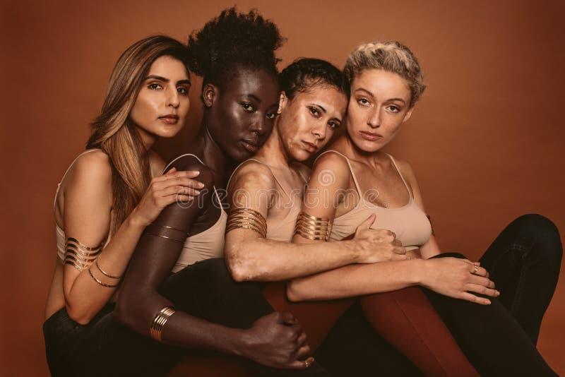Multi ethnische Frauen mit verschiedenen Hauttönen stockfoto