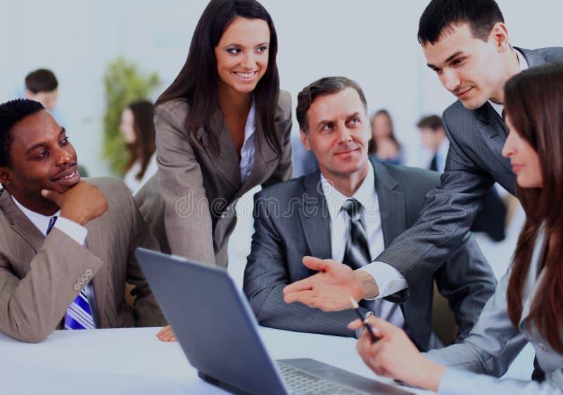 Multi ethnische Unternehmensleiter bei einer Sitzung eine Arbeit besprechend stockfoto