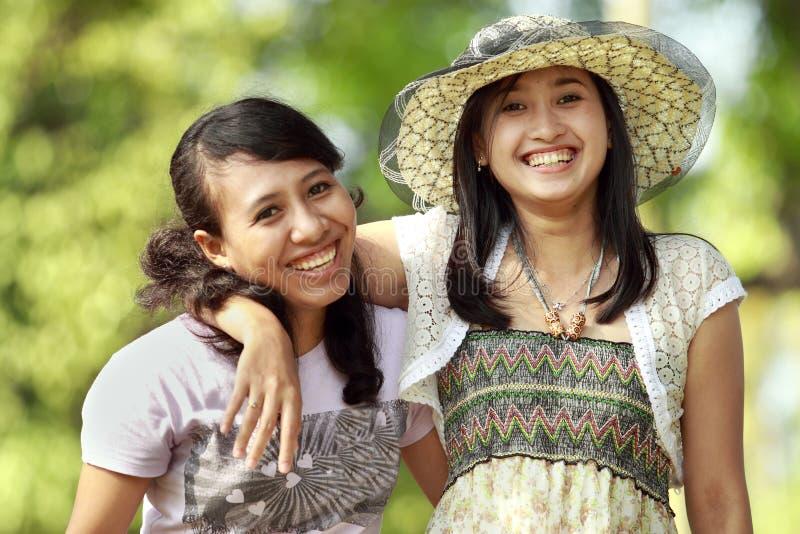 Multi ethnisches Freundlächeln im Freien stockbild