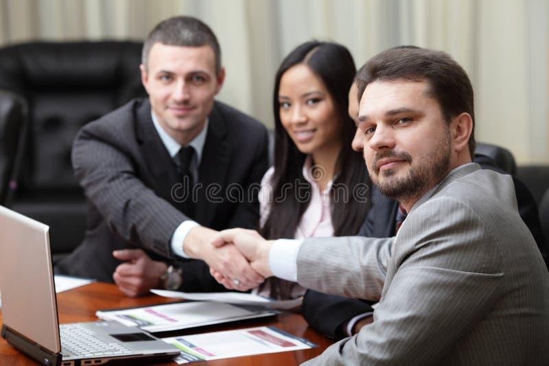 Multi ethnisches Geschäftsteam bei einer Sitzung stockbilder