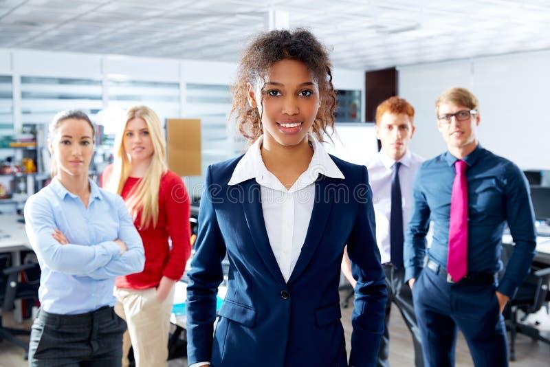 Multi ethnisches Team der afrikanischen jungen Geschäftsfrau stockfotos