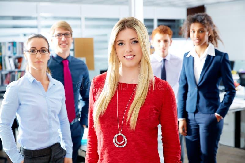 Multi ethnisches Team der blonden jungen Geschäftsfrau lizenzfreie stockfotos