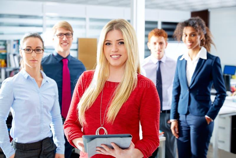 Multi ethnisches Team der blonden jungen Geschäftsfrau stockfotos