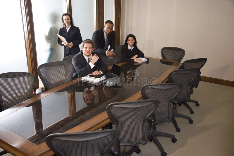 Multi-etnisch businesspeople in bestuurskamer stock afbeeldingen