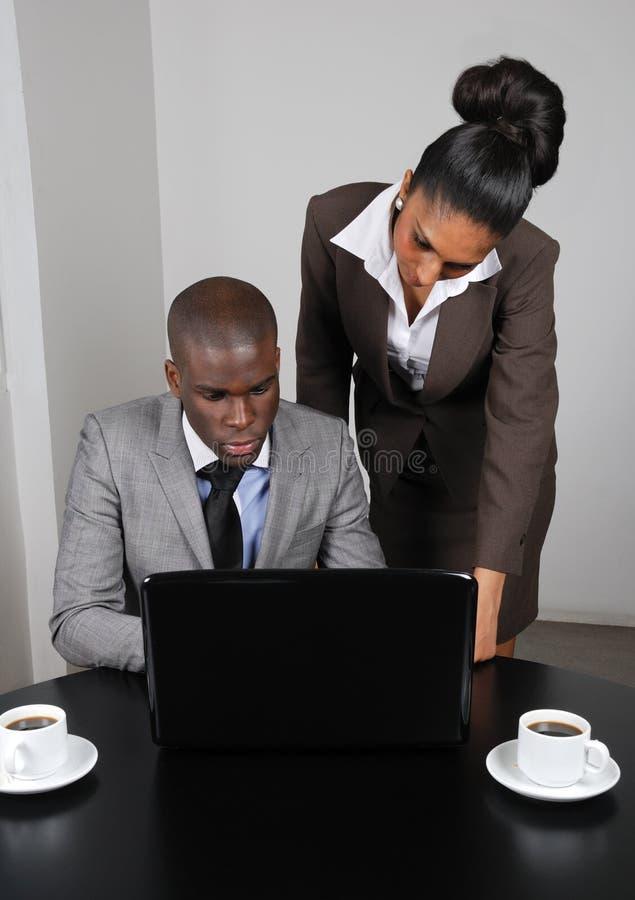 Multi-etnisch commercieel team dat aan laptop werkt stock foto's