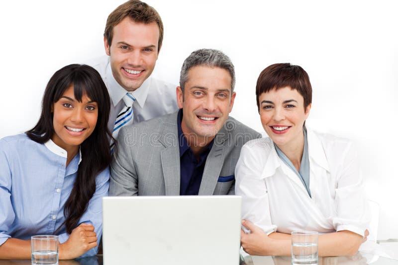 Multi-etnisch commercieel team dat bij een computer werkt
