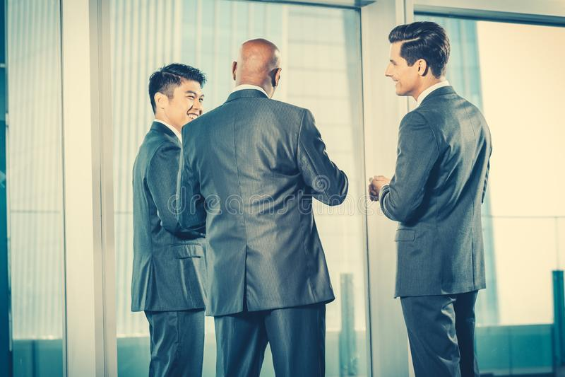 Multi etnisch commercieel team die aan Indische CEO rapporteren die binnen bespreken stock foto