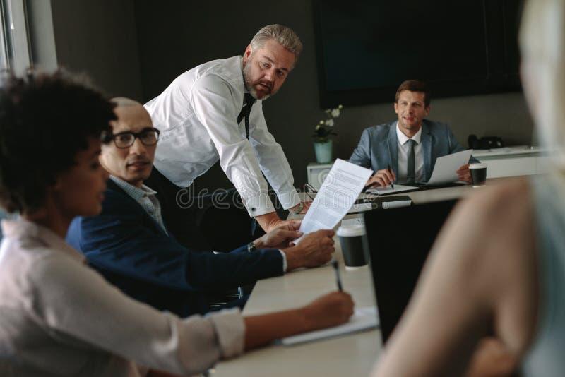Multi-etnisch commercieel team die vergadering over conferentieruimte hebben royalty-vrije stock foto