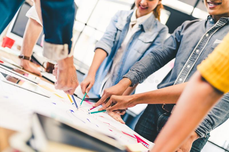 Multi-etnisch divers team, partner, of studenten in projectvergadering op moderne kantoor of universiteit stock foto's