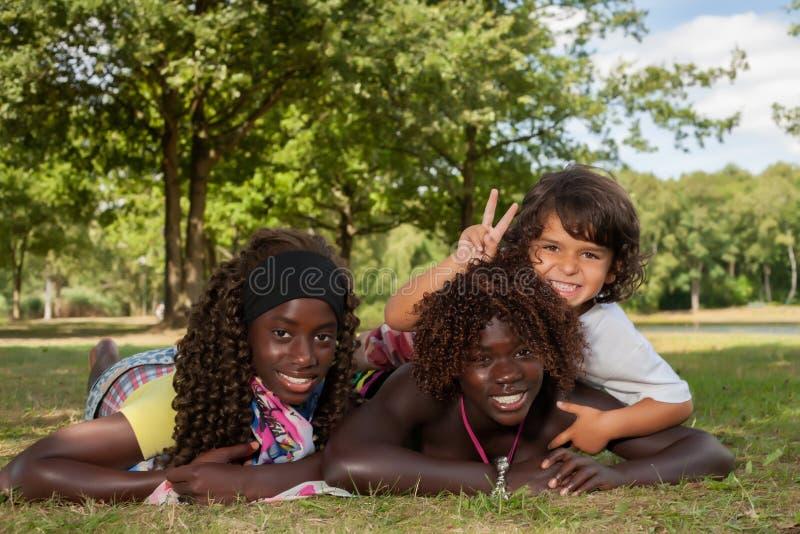Multi etnisch kinderen en vredesteken stock foto